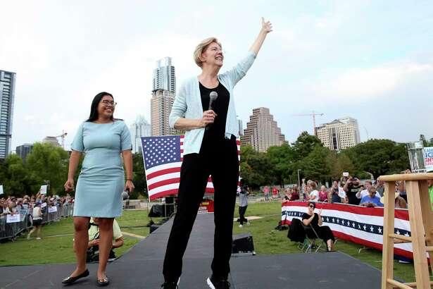 La candidata presidencial Elizabeth Warren en un escenario junto a Jessica Cisneros mientras asisten a una audiencia pública en Vic Mathias Shores en Lady Bird Lake Metro Park ol 10 de septiembre de 2019.