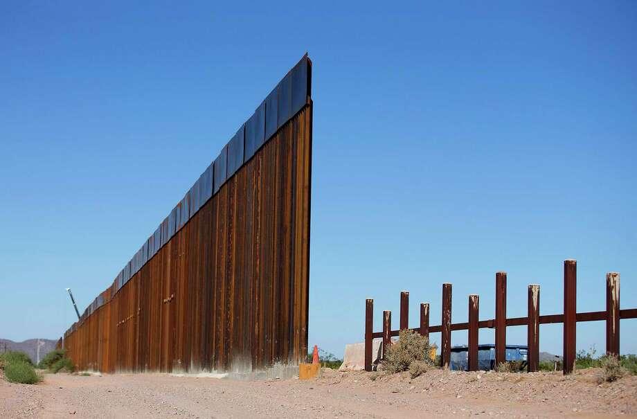 La nueva valla de 30 pies de altura que reemplazó a la antigua valla fronteriza entre Estados Unidos y México se puede ver a la izquierda. Se encuentra a unos kilómetros al este del puerto de entrada de Lukeville, Arizona, el 8 de octubre de 2019. Foto tomada desde Sonoyta, Sonora, México. Photo: Mamta Popat /Associated Press / Arizona Daily Star