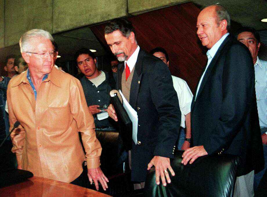 ARCHIVO— En esta fotografía del 29 de septiembre de 2000, el líder del sindicato de trabajadores del petróleo, Carlos Romero Deschamps, en la derecha, arriba a una conferencia de prensa. Varios medios de comunicación mexicanos están reportando la renuncia de Romero Deschamps, quien había ocupado la dirigencia desde 1993. Photo: Ismael Rojas /Associated Press / AP2002
