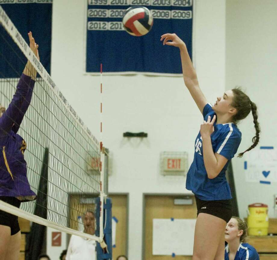 Darien High School's Aerin Bowman lobs the ball over the net in a game against Westhill High School, played at Darien. Monday, Oct. 22, 2018 Photo: Scott Mullin / For Hearst Connecticut Media / The News-Times Freelance