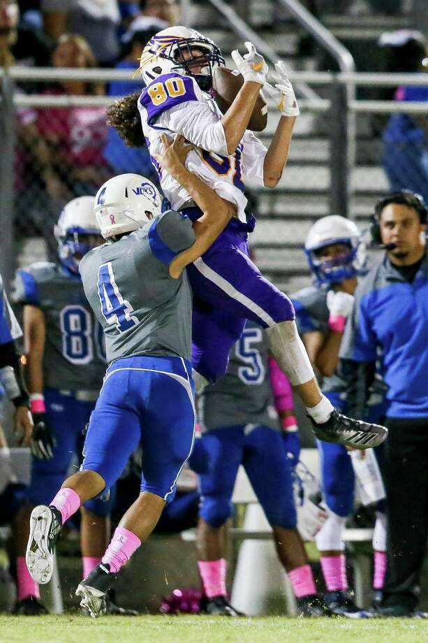 Brackenridge's Michael Puente recorded three interceptions and a pass breakup in a victory against Lanier. Photo: Marvin Pfeiffer / Staff / Express-News 2019