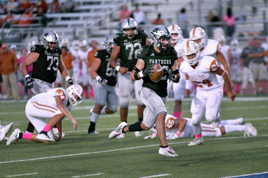 United South's running back Brian Benavides sprints past Eagle Pass defenders Friday, October 18, 2019 at the United ISD SAC. Photo: Cuate Santos / Laredo Morning Times / Laredo Morning Times