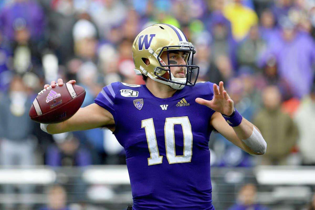 SEATTLE, WASHINGTON - OCTOBER 19: Jacob Eason #10 of the Washington Huskies passes the ball late in the second quarter during the game against the Oregon Ducks at Husky Stadium on October 19, 2019 in Seattle, Washington. (Photo by Alika Jenner/Getty Images)