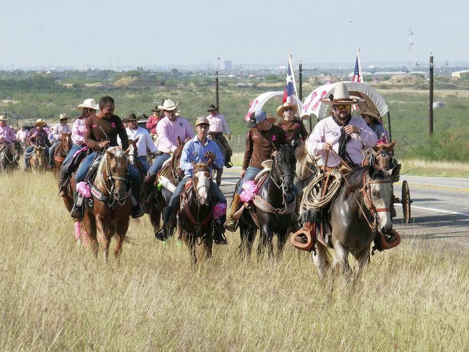 La 14ava. cabalgata por la Concientización sobre el Cáncer de Mama fue organizada por The Brush Country Trail Riders Inc., el sábado 19 de octubre de 2019. La cabalgata recorrió la Carretera 59 desde los terrenos de LIFE Downs hacia el Rancho Hurd. Ciento cincuenta jinetes participaron en este evento. Photo: Cuate Santos /Laredo Morning Times / Laredo Morning Times