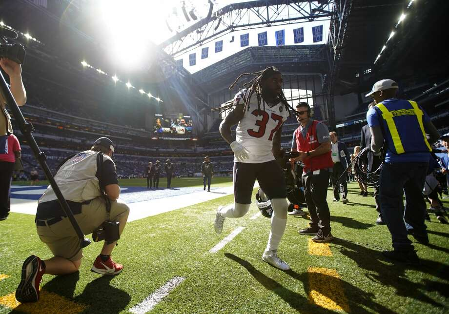 Houston Texans strong safety Jahleel Addae (37) heads back into the locker room after warming up before taking on the Indianapolis Colts at Lucas Oil Stadium on Sunday, Oct. 20, 2019 in Indianapolis. Photo: Elizabeth Conley/Staff Photographer