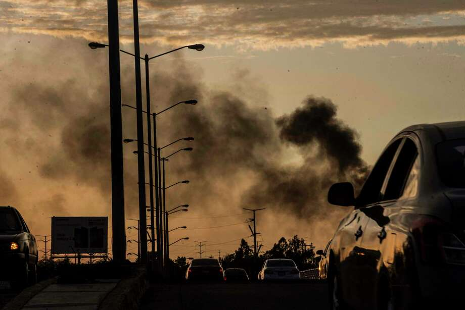 Humo proveniente de autos en llamas ennegrece el cielo durante una balacera en Culiacán, México, el jueves 17 de octubre de 2019. Photo: Augusto Zurita /Associated Press / Copyright 2019 The Associated Press. All rights reserved