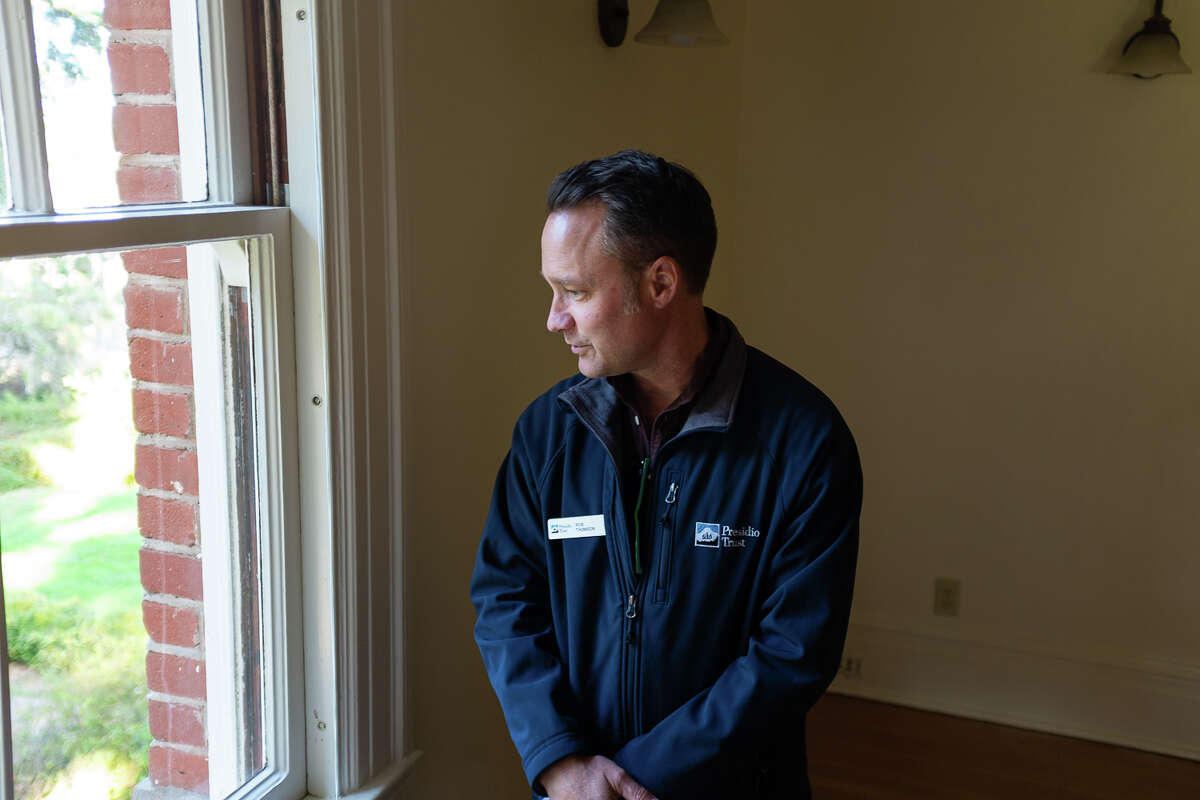 Rob Thomson, Federal Preservation Officer for the Presidio Trust, gives a tour of the Kobbe Avenue neighborhood.