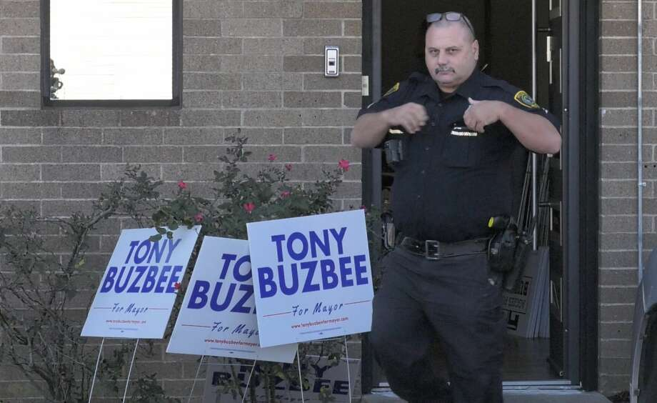 Houston police investigate an apparent burglary at mayoral candidate Tony Buzbee's campaign headquarters in the 4100 block of Greenbriar Drive on Thursday, Oct. 24, 2019. Photo: Jay R. Jordan / Houston Chronicle