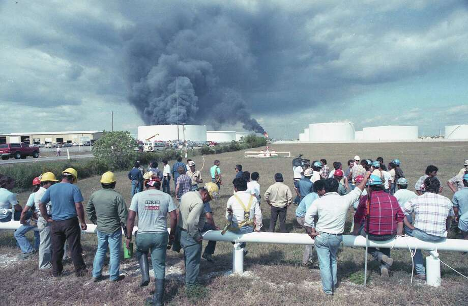 Explosion at Phillips Petroleum Co. plant in Pasadena, Oct. 23, 1989. Photo: Steve Ueckert, Houston Chronicle