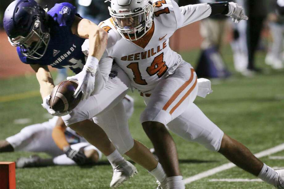 Boerne's Matt Michalec (04) makes the extra effort to score a touchdown against Beeville Jones' Victor Gonzales (14) during their football game in Boerne on Friday, Oct. 25, 2019. (Kin Man Hui/San Antonio Express-News) Photo: Kin Man Hui, Staff / Staff Photographer / ©2019 San Antonio Express-News