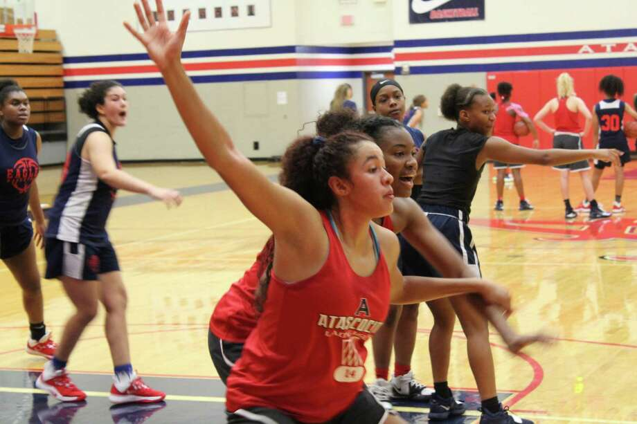 Atascocita post players Kyleigh McGuire (left) and Elyssa Coleman (right) doing a drill during practice at the Lady Eagles gym. Photo: Marcus Gutierrez Staff Photo