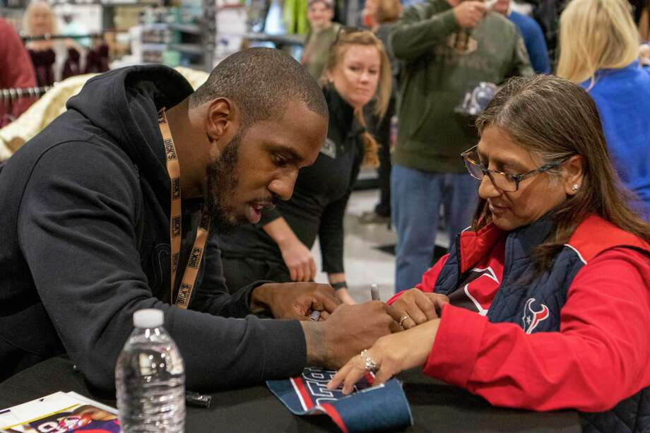 Houston Texans running back Lamar Miller signs a Houston Texans flag for Shirley Garcia during a grand opening event Saturday, October 26, 2019 at Dick's Sporting Goods in Conroe. Photo: Cody Bahn, Houston Chronicle / Staff Photographer / © 2019 Houston Chronicle