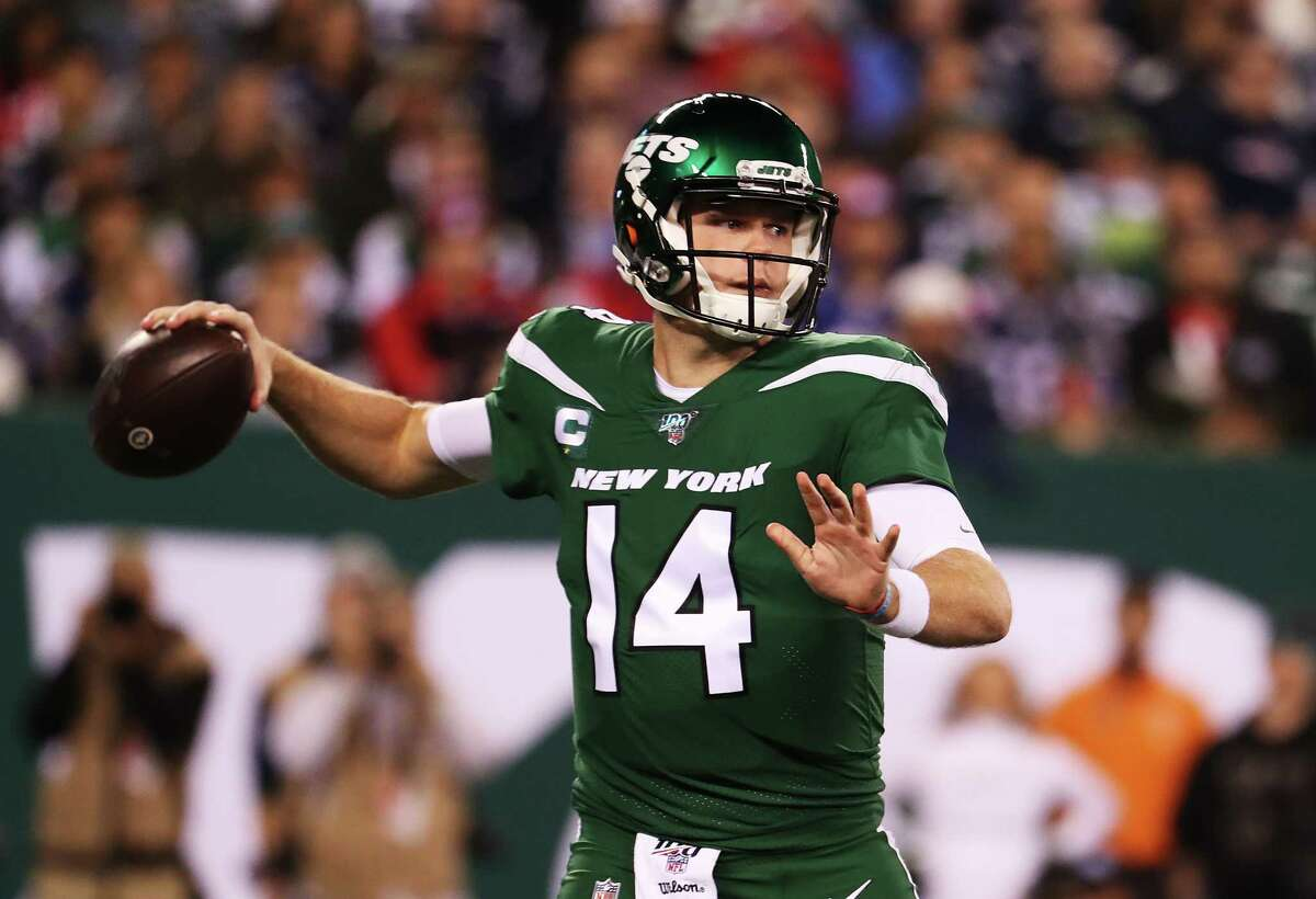 EAST RUTHERFORD, NEW JERSEY - OCTOBER 21: Sam Darnold #14 of the New York Jets passes against the New England Patriots during their game at MetLife Stadium on October 21, 2019 in East Rutherford, New Jersey. (Photo by Al Bello/Getty Images)