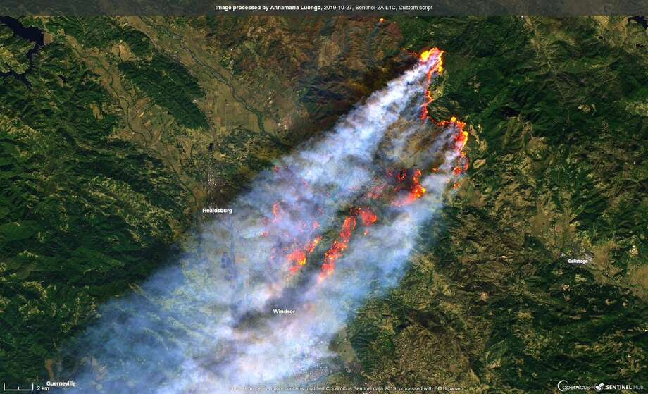 This image taken Sunday by the Sentinel-2A satellite shows the Kincade Fire spreading southwest toward the Sonoma County towns of Healdsburg and Windsor. The smoke plume extends to the Pacific Ocean. Photo: Sentinel-2A/EU Copernicus