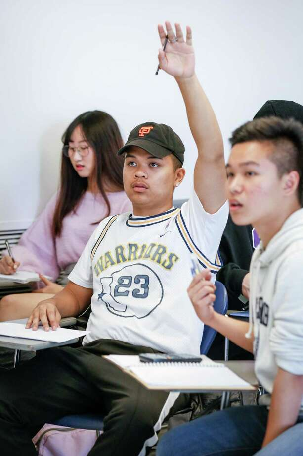 A student raises his hand to ask a question during a calculus class. Photo: File Photo / ONLINE_YES
