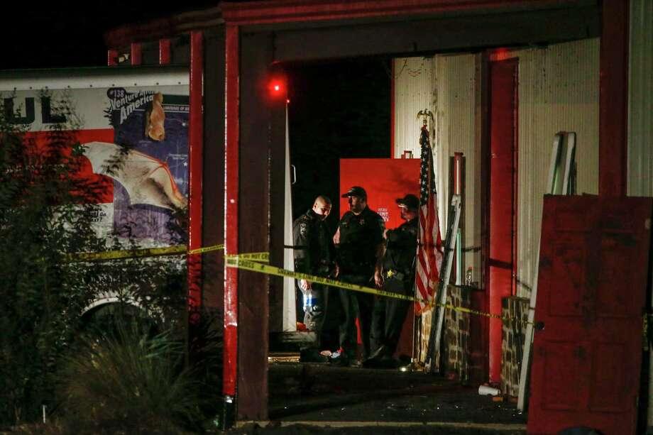 Autoridades trabajan en la escena del crimen después de un tiroteo en Party Venue en la carretera 380 en Greenville, Texas, el domingo 27 de octubre de 2019. Photo: Ryan Michalesko /Associated Press / THE DALLAS MORNING NEWS