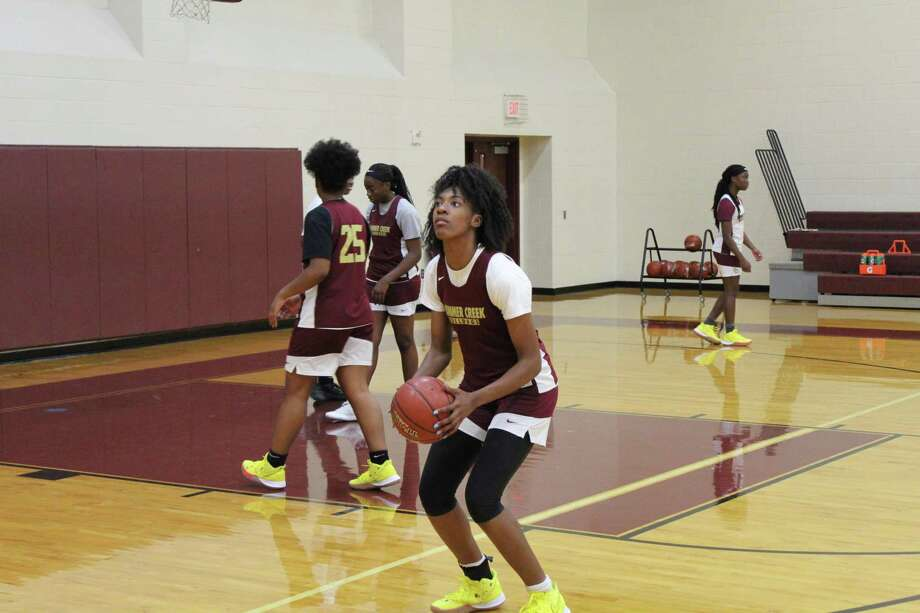 Summer Creek post Maliyah Johnson warms up during practice at the Lady Bulldogs gym. Photo: Marcus Gutierrez Staff Photo