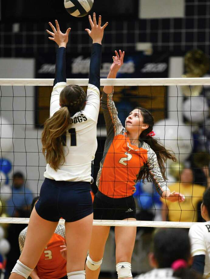 United's Destiny Chavera and Alexander's Kayra Guajardo Photo: Danny Zaragoza /Laredo Morning Times
