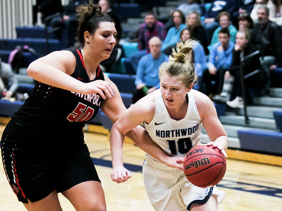 Northwood's Ellie Taylor tries to turn the corner during a Jan. 10, 2019 game against Davenport. Photo: Daily News File Photo