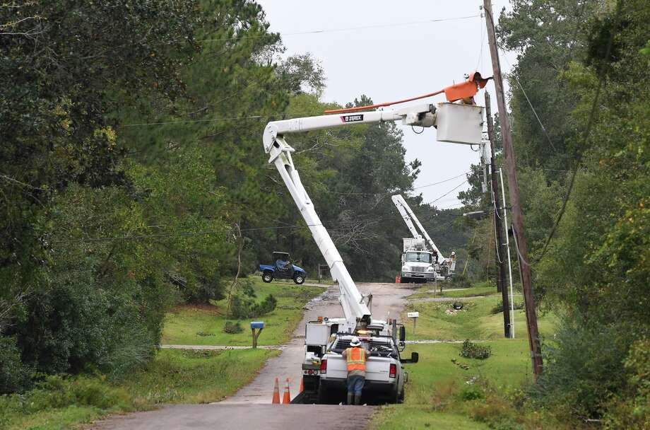 Linemen repair power lines Wednesday in Hardin County after a storm knocked out the power on Tuesday.  Photo taken Wednesday, 10/30/19 Photo: Guiseppe Barranco/The Enterprise, Photo Editor / Guiseppe Barranco ©