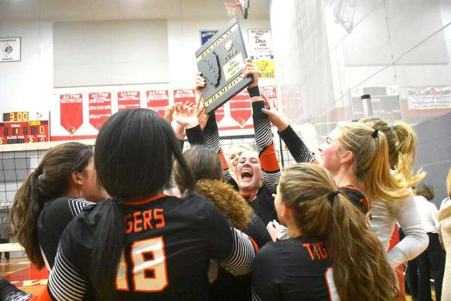 The Edwardsville Tigers celebrate with the Class 4A Alton Regional championship plaque after beating O'Fallon on Thursday. Photo: Matt Kamp|The Intelligencer