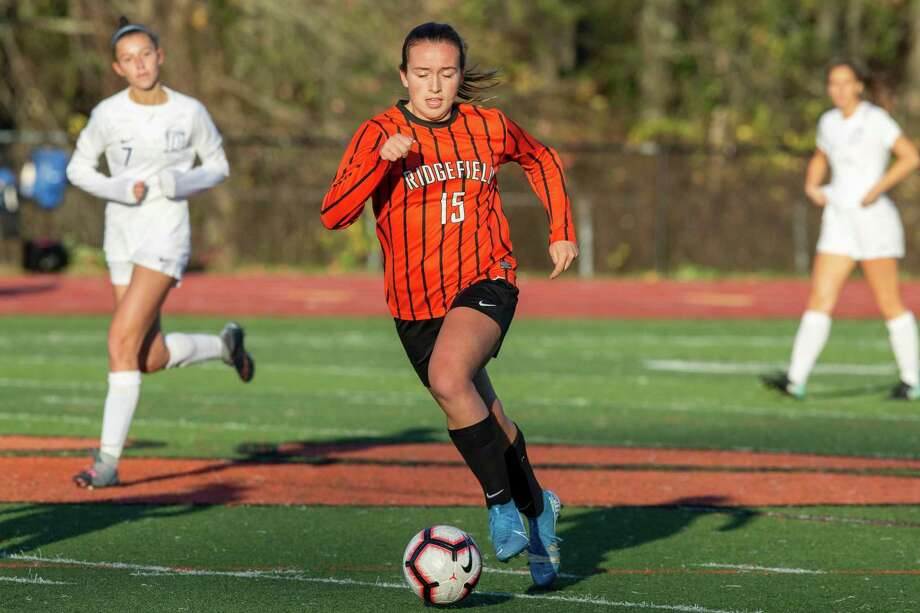 Faith Arnold finds space to dribble during Ridgefield's 4-0 win over Darien in the FCIAC quarterfinals. Photo: Gretchen McMahon / For Hearst Connecticut Media
