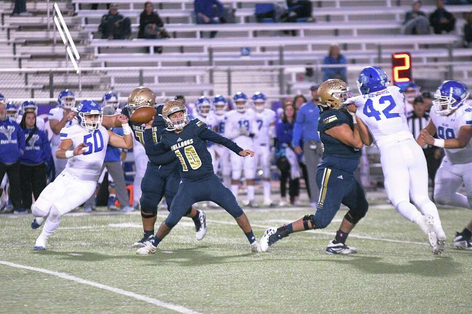 Alexander quarterback Jay Santos completed 54% of his passes for 2,139 yards, 22 touchdowns and just four interceptions last season. Photo: Cuate Santos /Laredo Morning Times File / Laredo Morning Times
