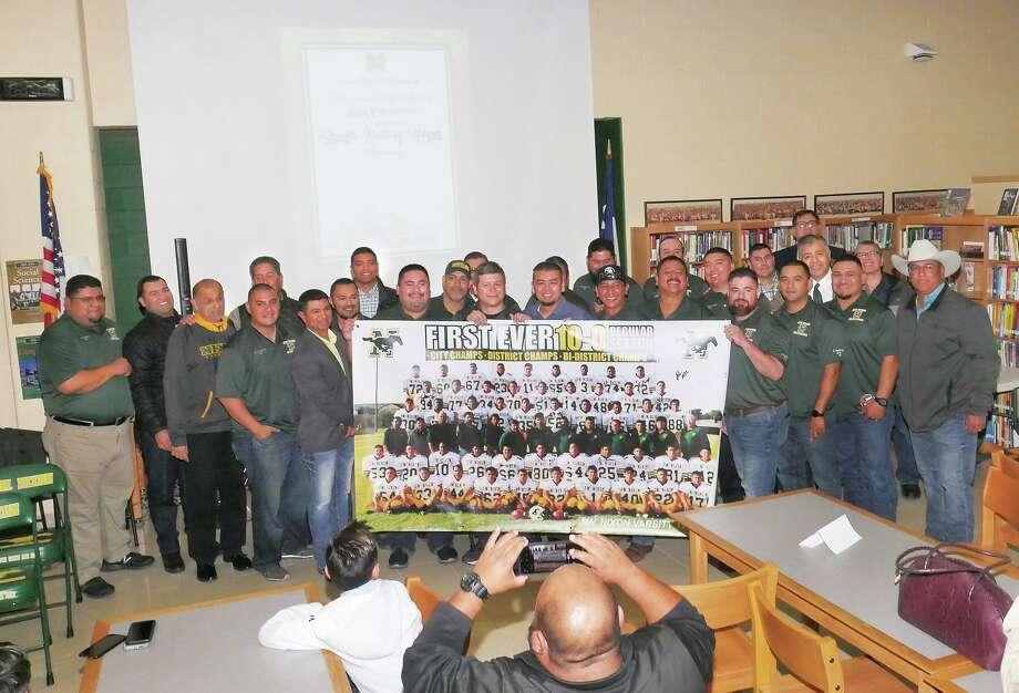 El equipo de fútbol de 1997 de la preparatoria Nixon High School estuvo entre los homenajeados en la Ceremonia del Salón de Honor de los Deportes. Photo: Cuate Santos /Laredo Morning Times / Laredo Morning Times
