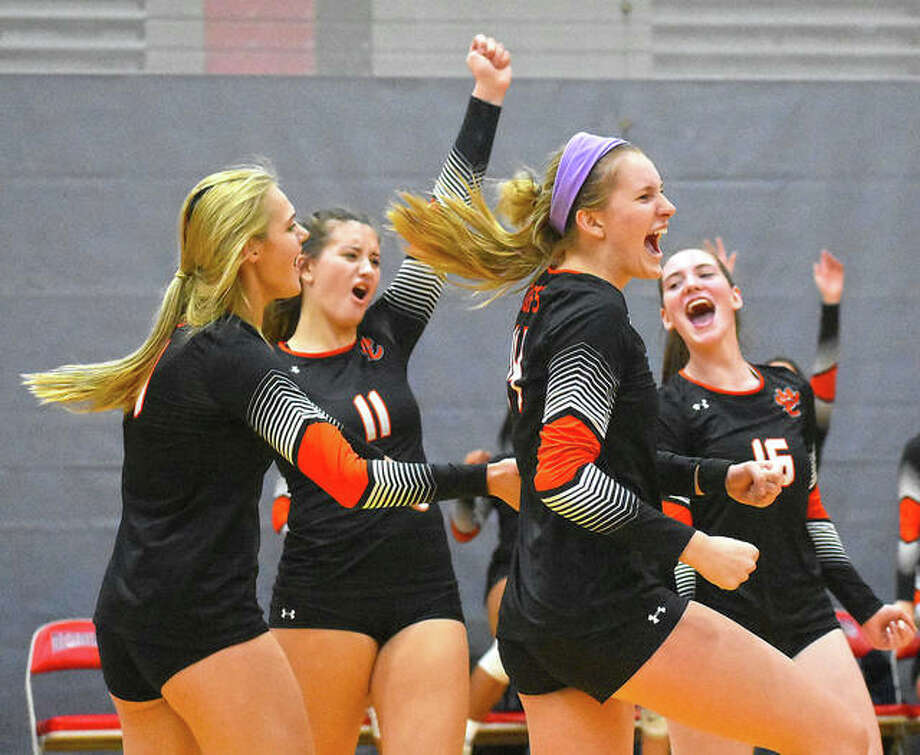 Edwardsville celebrates winning a point in the first game against O'Fallon in the championship match of the Class 4A Alton Regional. Photo: Matt Kamp|The Intelligencer