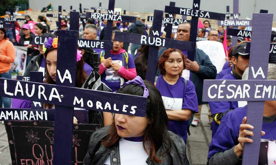 Manifestantes sostienen cruces con los nombres de mujeres asesinadas o desaparecidas para demandar justicia un día después de la fiesta de Día de Muertos en la Ciudad de México, el domingo 3 de noviembre de 2019. Nueve mujeres son asesinadas cada día en México, de aucerdo a datos de las Naciones Unidas. Photo: Ginnette Riquelme /Associated Press / Copyright 2019 The Associated Press. All rights reserved