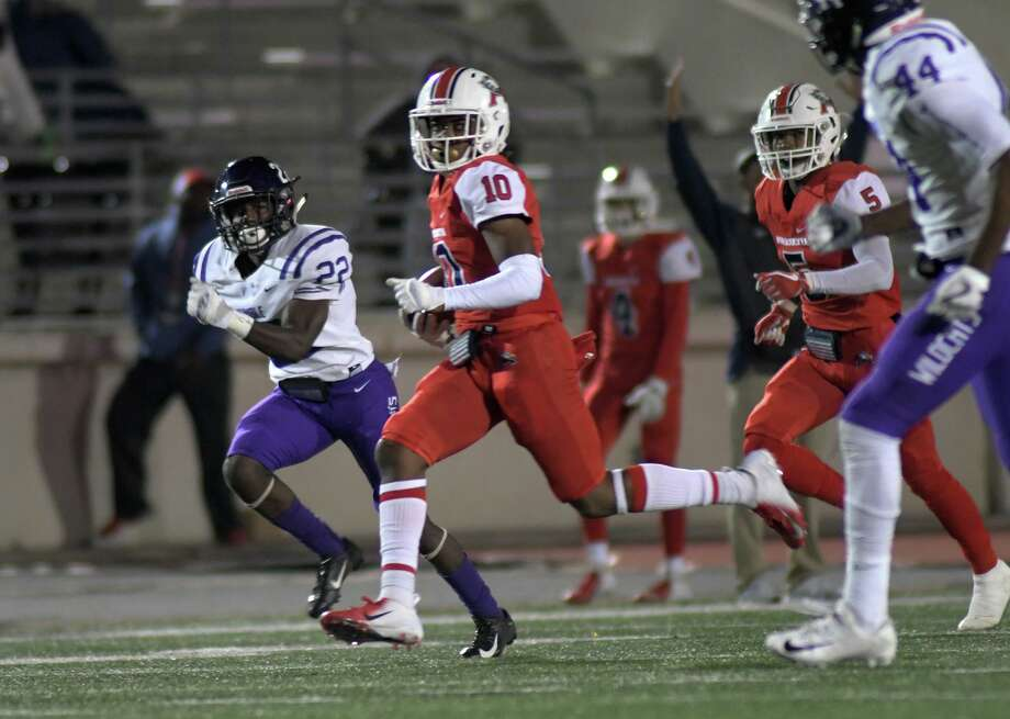 Atascocita junior wide receiver Taylen Blaylock (10) tries to split Humble junior defensive lineman Cedell Garrett (44) and Wildcat senior defensive back Ronald Clark (22) con his touchdown in the third quarter of their District 22-6A matchup at Turner Stadium in Humble on Nov. 9, 2018. Photo: Jerry Baker, Houston Chronicle / Contributor / Houston Chronicle