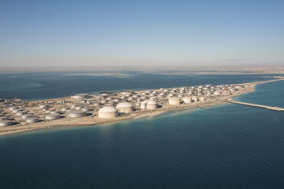 A tank farm for oil products in Dhahran, Saudi Arabia, Jan. 11, 2018. Photo: Christophe Viseux, NYT