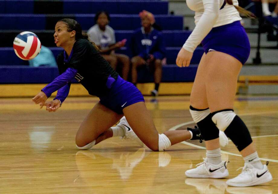 Willis outside hitter Jasmine Kelly (11) digs the ball during the third set of a District 20-5A high school volleyball match at Willis High School, Tuesday, Oct. 1, 2019, in Willis. Photo: Jason Fochtman, Houston Chronicle / Staff Photographer / Houston Chronicle