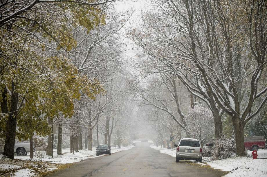 Snow falls in Midland Wednesday, Nov. 6, 2019.  (Katy Kildee/kkildee@mdn.net) Photo: (Katy Kildee/kkildee@mdn.net)