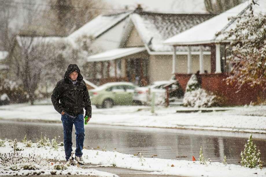 Dave Gibson, who recently moved to Midland from Florida, walks through the snow Wednesday, Nov. 6, 2019.  (Katy Kildee/kkildee@mdn.net) Photo: (Katy Kildee/kkildee@mdn.net)
