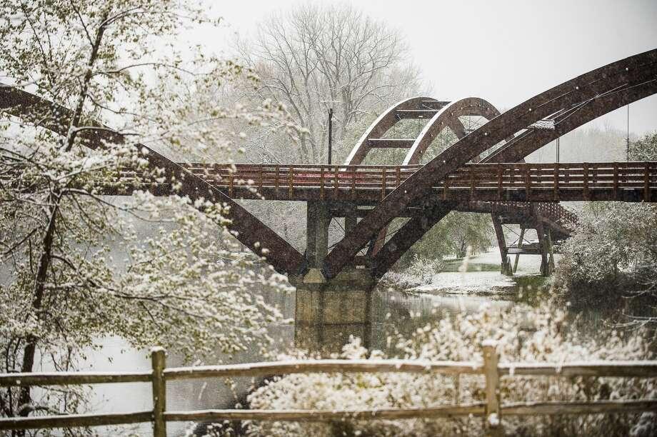 Snow falls in Midland Wednesday, Nov. 6, 2019. (Katy Kildee/kkildee@mdn.net) Photo: (Katy Kildee/kkildee@mdn.net)