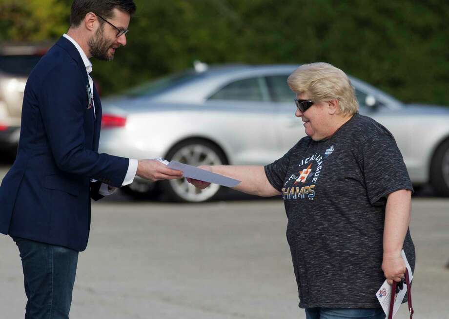 Michael Greenberg, left, hands out a voting guide to Carolyn Snyderd at South Montgomery County Community Center on Election Day, Tuesday, Nov. 5, 2019, in The Woodlands. Photo: Jason Fochtman, Houston Chronicle / Staff Photographer / Houston Chronicle