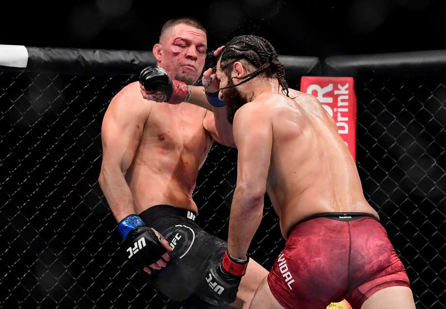 Jorge Masvidal (der.) golpea en el rostro a Nate Díaz durante su victoria en el combate estelar de la UFC 244, el sábado 2 de noviembre de 2019 en el Madison Square Garden de Nueva York. Photo: Steven Ryan/Getty Images