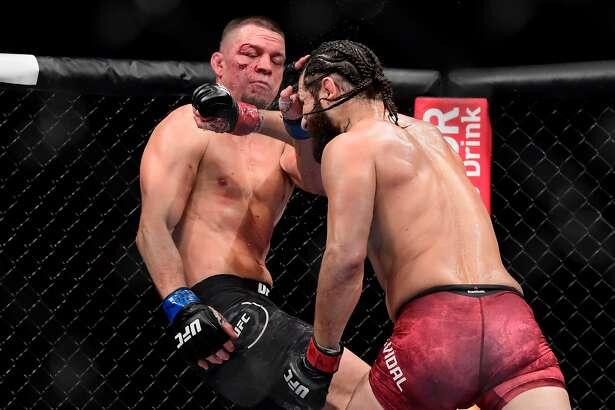 Jorge Masvidal (der.) golpea en el rostro a Nate Díaz durante su victoria en el combate estelar de la UFC 244, el sábado 2 de noviembre de 2019 en el Madison Square Garden de Nueva York.