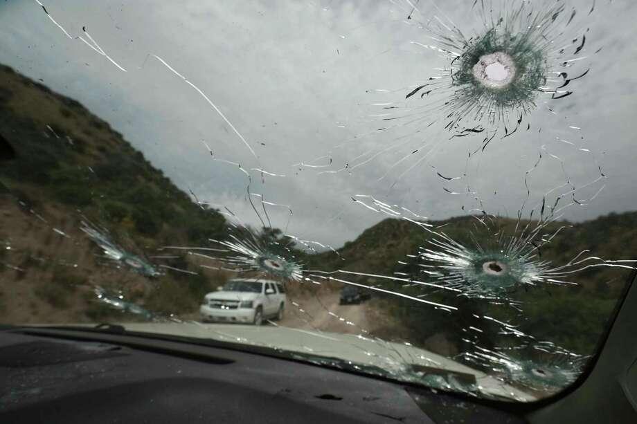 Esta fotografía del miércoles 6 de noviembre de 2019 muestra los impactos de bala en los vehículos en los que los miembros de la familia extendida LeBarón viajaba en un camino sin pavimentar en la frontera de los estados de Sonora y Chihuahua, México. Photo: Christian Chavez /Associated Press / Copyright 2019 The Associated Press. All rights reserved