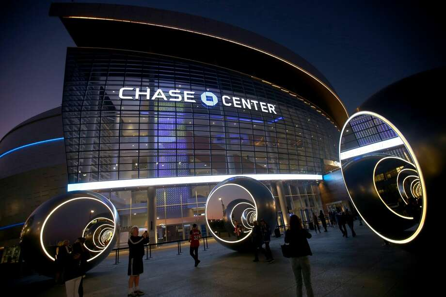 Fans who show up early to Golden State Warriors home games can access the Chase Lounge to get complimentary snacks and drinks on select dates. Photo: Getty Images / Bay Area News Group