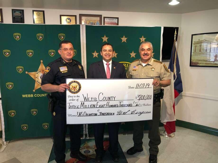 El congresista Henry Cuéllar entregó un cheque simbólico a la Oficina del Alguacil del Condado de Webb. Photo: Foto De Cortesía /Oficina Del Congresista Henry Cuéllar