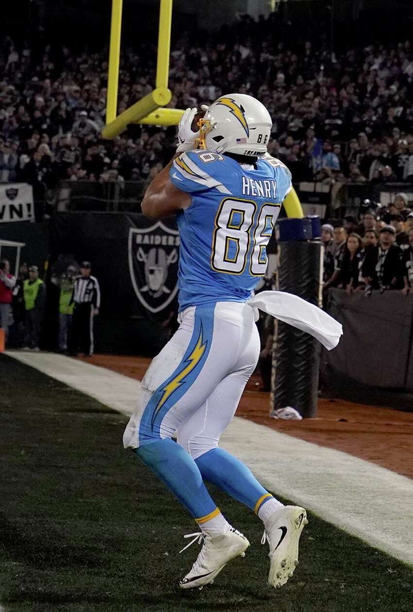 OAKLAND, CALIFORNIA - NOVEMBER 07: Hunter Henry #86 of the Los Angeles Chargers catches a two-yard touchdown pass against the Oakland Raiders during the second quarter of an NFL football game at RingCentral Coliseum on November 07, 2019 in Oakland, California. (Photo by Thearon W. Henderson/Getty Images)