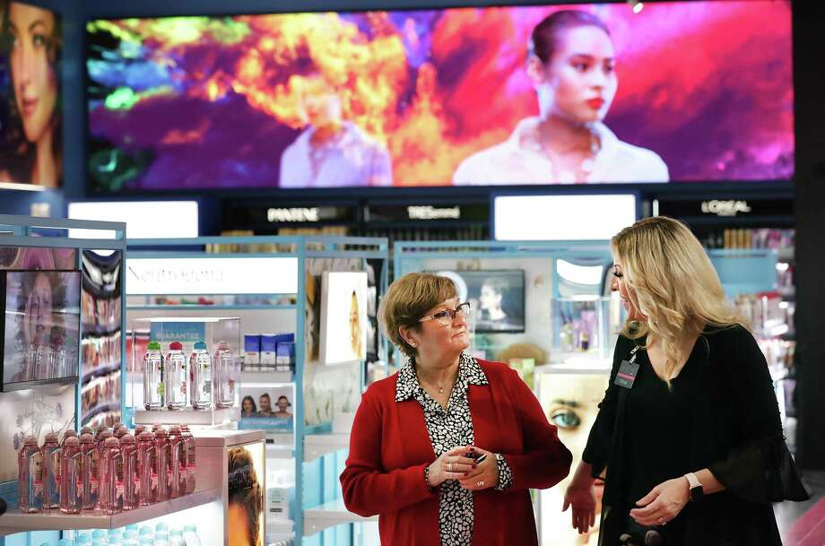 Josie Conner, left, talks with Sonia Lujan, cosmetics and beauty lead, at H-E-B's Plus store at Evans Rd. Photo: Bob Owen /San Antonio Express-News / San Antonio Express-News