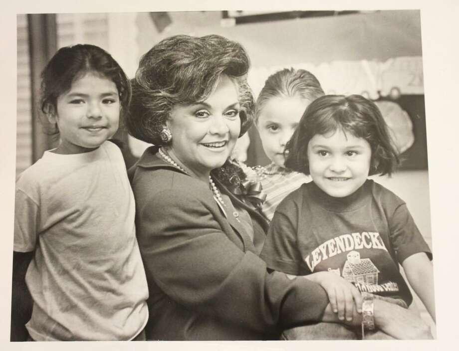 ARCHIVO— Graciela C. Ramírez posa para una fotografía junto a estudiantes de primaria. Ella fue la primera mujer superintendente del distrito escolar Laredo Independent School District. Ramírez falleció el lunes 4 de noviembre, a la edad de 81 años. Photo: Foto De Cortesía /LISD