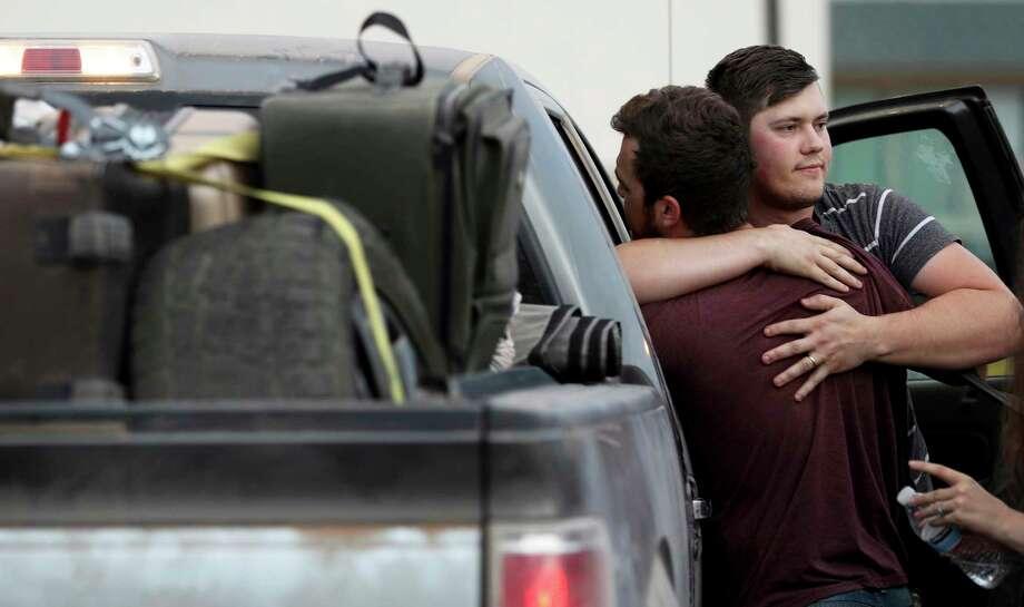 Cole Langford, izquierda, Hayden Spenct, de la colonia mormona La Mora, México, se abrazan durante una reunión en una gasolinera en Douglas, Arizona, el sábado 9 de noviembre de 2019. Photo: Kelly Presnell /Associated Press / © Arizona Daily Star