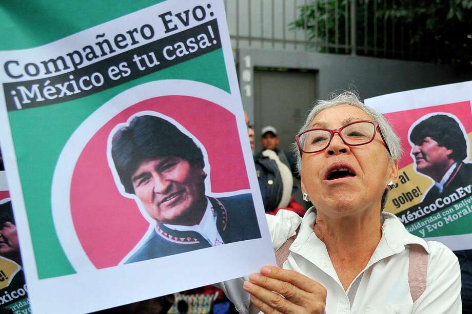 Manifestantes externan su apoyo al ex presidente de Bolivia Evo Morales frente a la embajada boliviana en la Ciudad de México, el 11 de noviembre de 2019. Photo: Claudio Cruz /AFP Via Getty Images / AFP or licensors