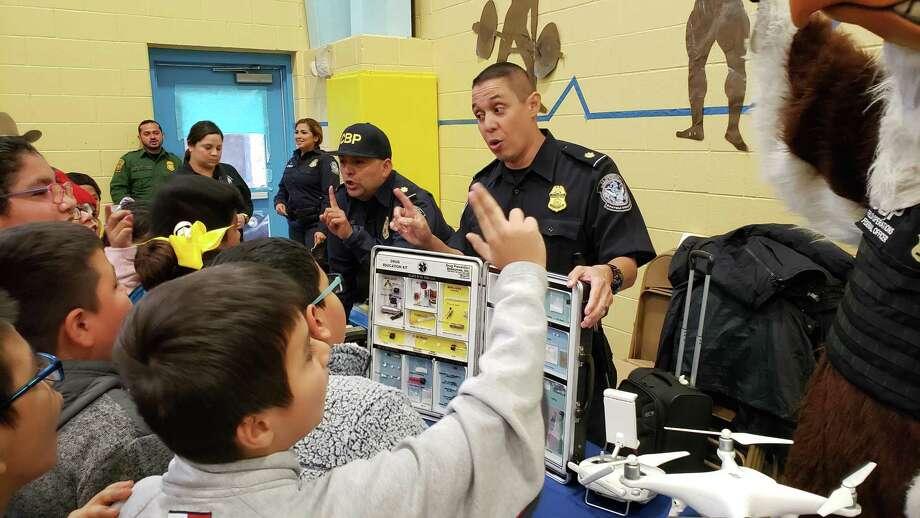Oficiales de la Oficina de Aduanas y Protección Fronteriza mostraron un kit para identificar drogas a los estudiantes de la escuela primaria J.C.Martin. Photo: César G. Rodríguez /Laredo Morning Times