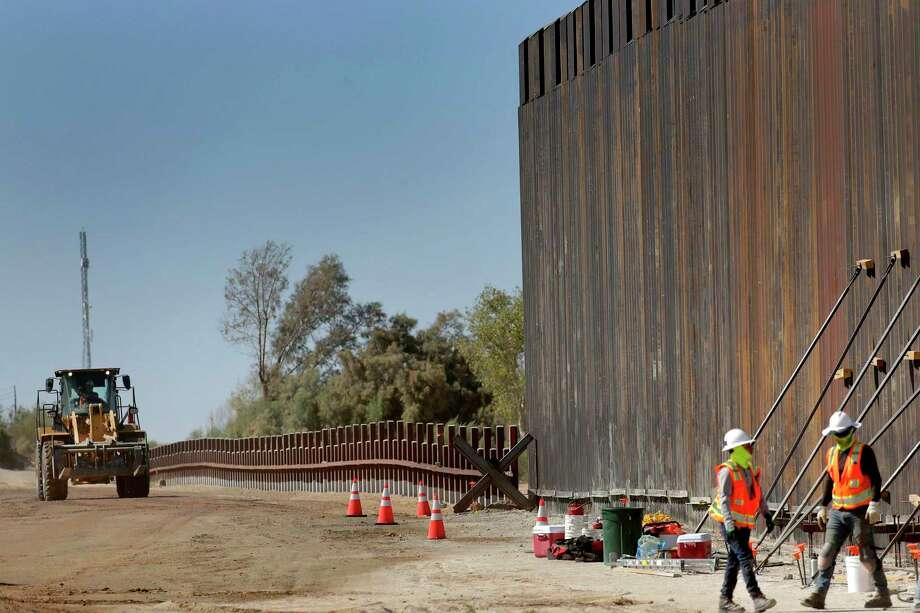 ARCHIVO — En esta fotografía del 10 de septiembre de 2019, unos trabajadores construyen una sección del muro fronterizo a lo largo del río Colorado, en Yuma, Arizona. Photo: Matt York /Associated Press / Copyright 2019 The Associated Press. All rights reserved