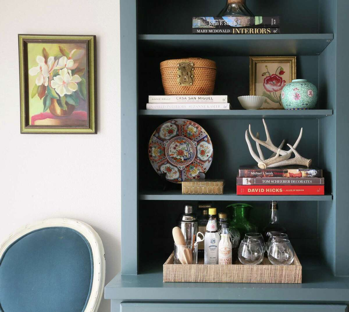 Porcelain with Asian motifs adds a touch of chinoiserie to these shelves. Design by Lindsey Herod Interiors.